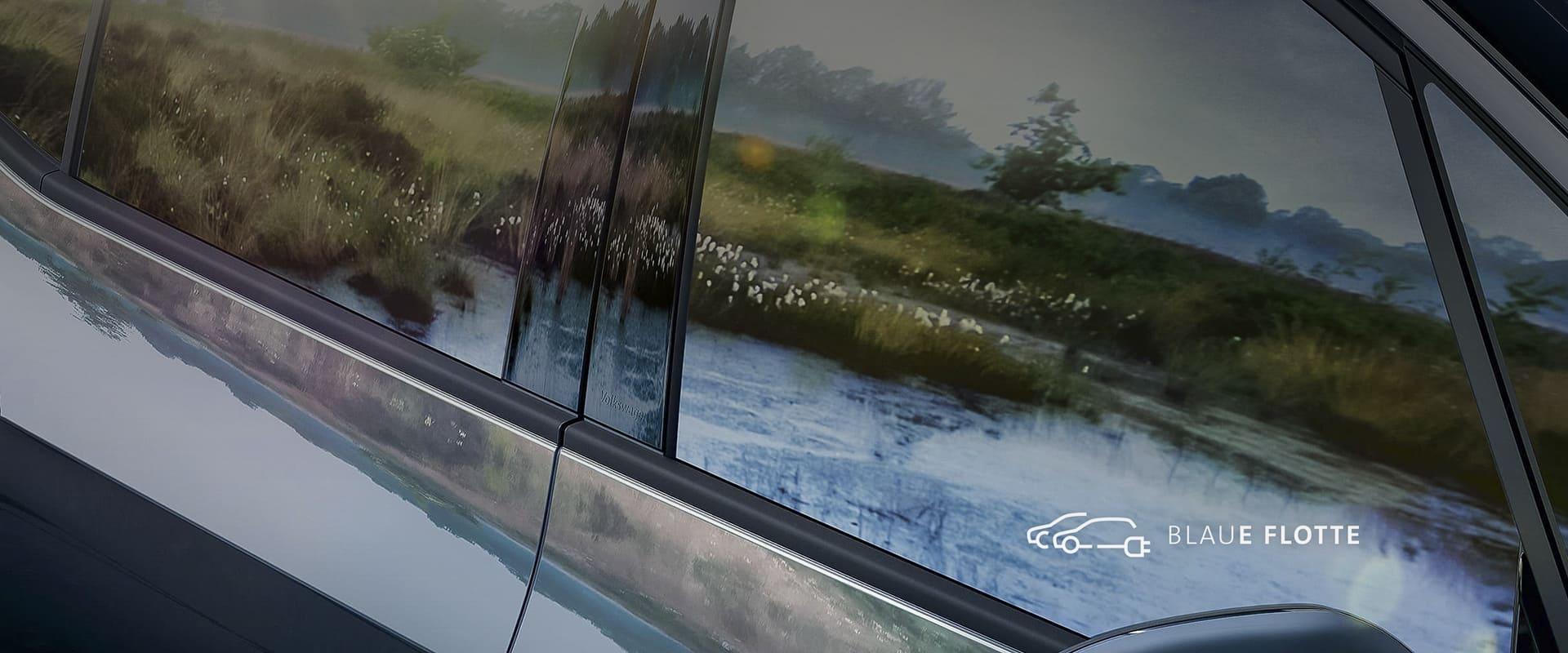 Moorlandschaft spiegelt sich in Autofenster