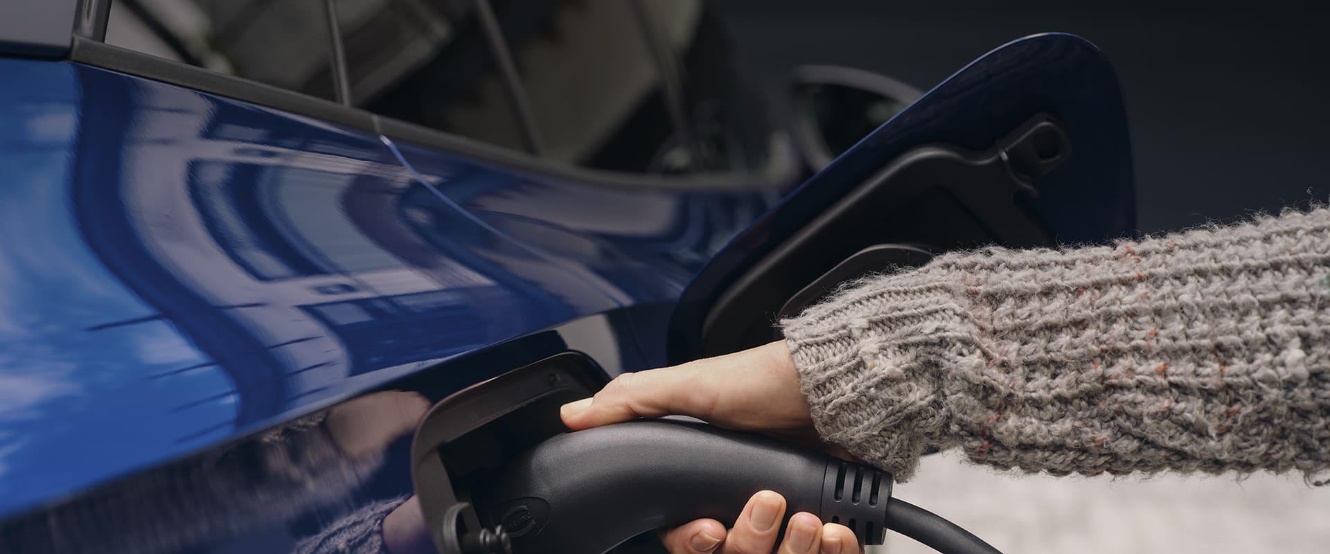 Ladekabel wird an E-Auto angeschlossen