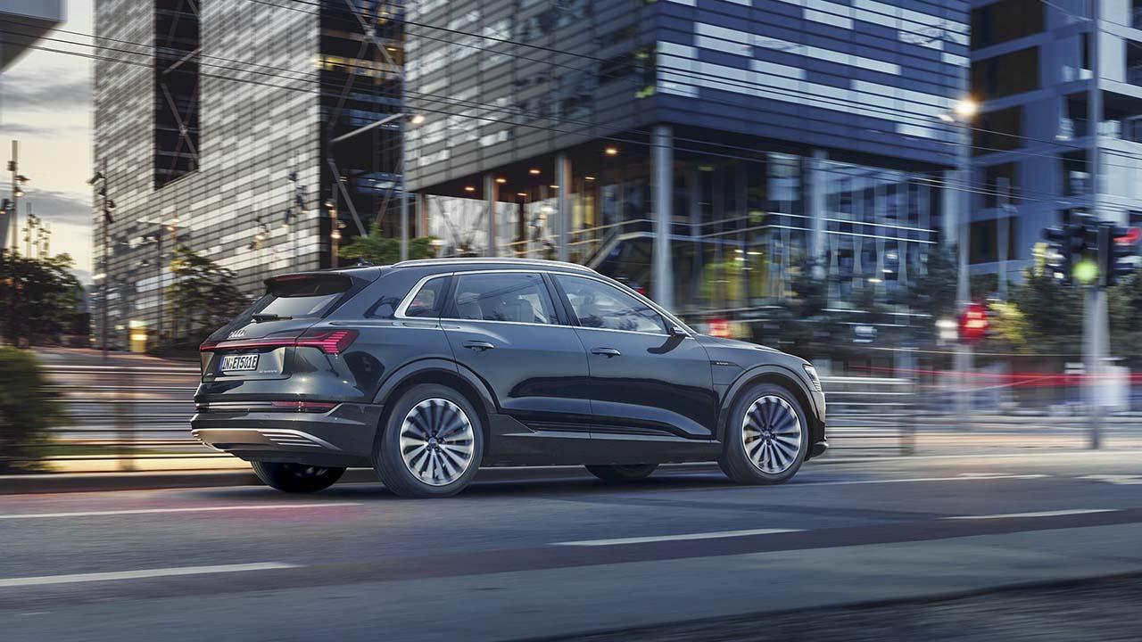 Audi e-tron 55 quattro vor Hochhausfassade
