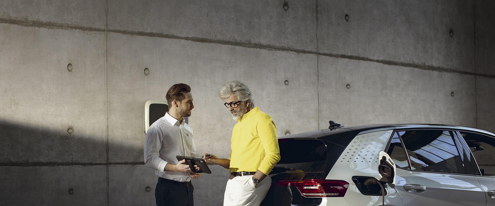 E-Autofahrer erhält Förderinformationen